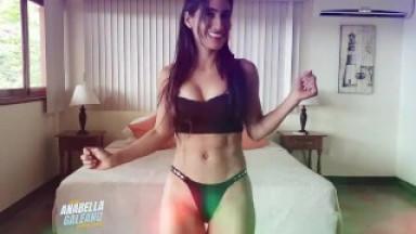 Anabella Galeano bailando en Bikini