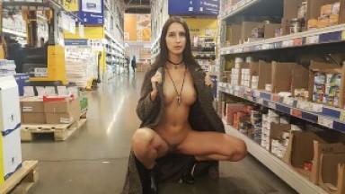 Naked girl walks in the supermarket
